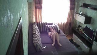 Молодая приласкала себя на диване и не знала что попала на запись